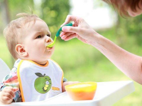 Biếng ăn tại trường do mẹ không cho trẻ ăn dặm đúng cách tại nhà